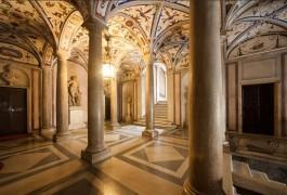 Atrio con colonne e grottesche